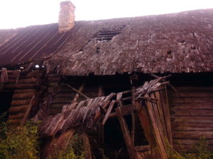 Старый дом рядом с новым