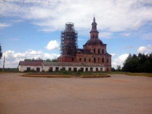 Реставрирующаяся церковь в Истобенске