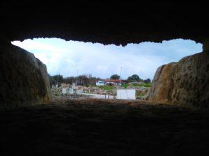 Вид сквозь отверстие в стене развалин