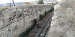 Железная дорога рядом с Монастырской скалой