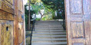 Лестница к пещерным храмам