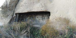 Одна из пещер внизу скалы