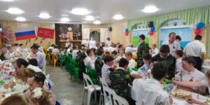 Общинники за празднично накрытыми столами